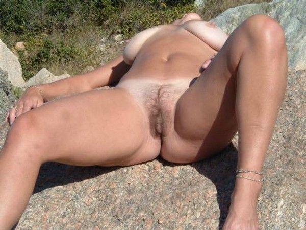 femme mure qui se montre au soleil